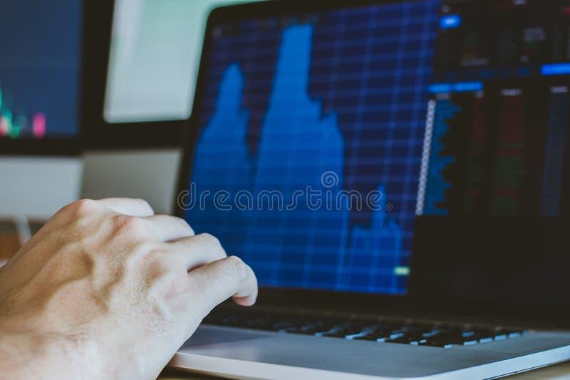 рука бизнесмена, указывающего и глядящего направления, изменение среднего курса движение цены акции торговля акциями вверх и вниз стоковое изображение