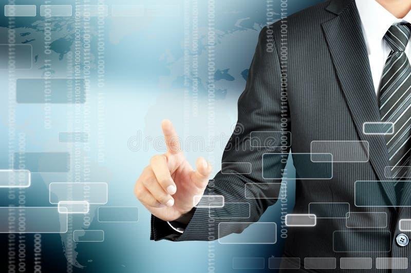 Рука бизнесмена указывая на пустой виртуальный экран стоковые изображения rf