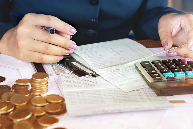 Рука бизнес-леди анализируя финансовые данные, счетную книгу стоковая фотография rf