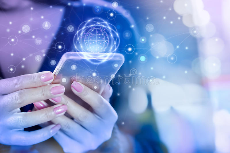 Рука бизнес-леди соединяясь с умным телефоном используя интернет для социальных средств массовой информации стоковые изображения rf