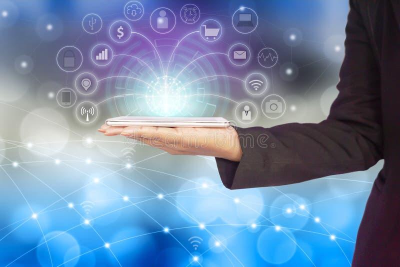 Рука бизнес-леди соединяясь с умным телефоном используя интернет для социальных средств массовой информации