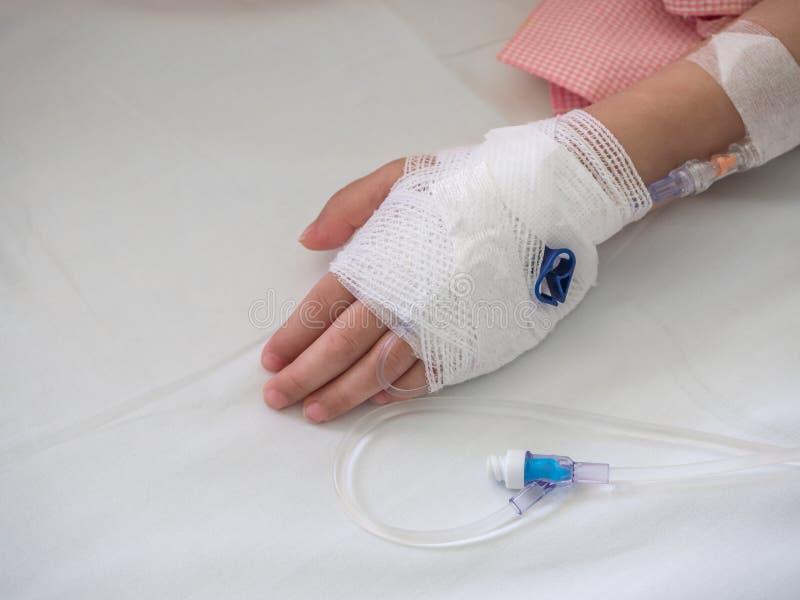 Рука близких upchild с физиологическим раствором стоковая фотография rf