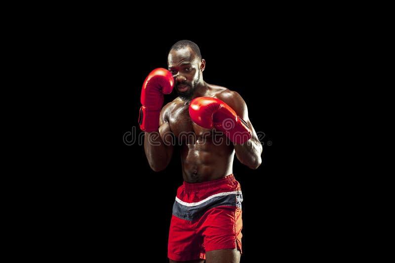 Рука боксера над черной предпосылкой Концепция прочности, нападения и движения стоковое фото