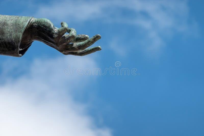 Рука бронзовой статуи, открытая показать волю к миру стоковое изображение