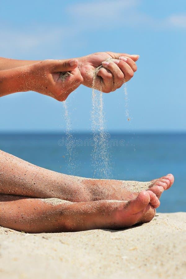 Рука бросает песок стоковое фото rf