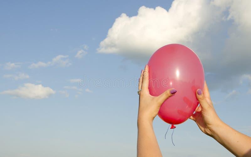 рука воздушного шара держа красные womans стоковые изображения rf