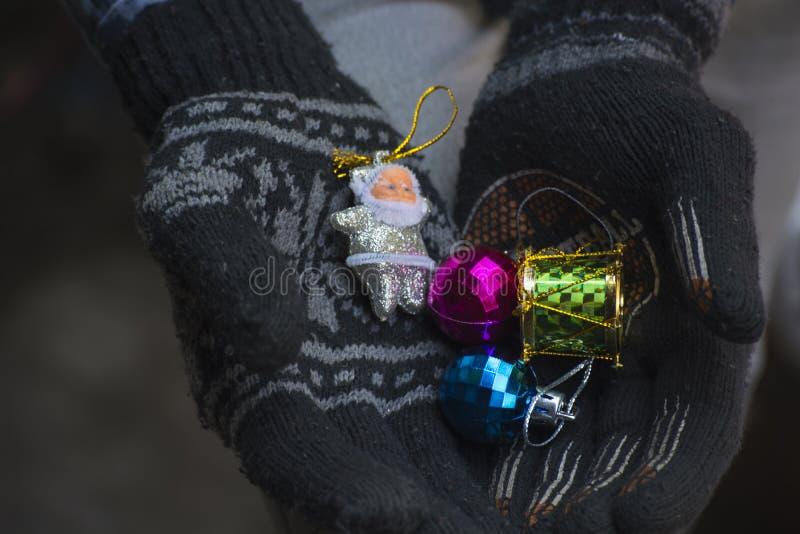 Рука вполне подарков для рождества стоковое изображение rf