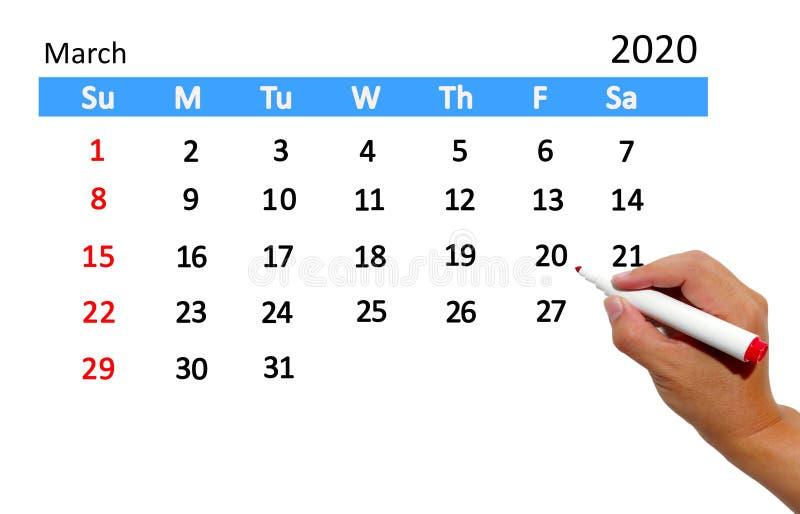 Рука выделяя дату на календаре стоковое изображение rf