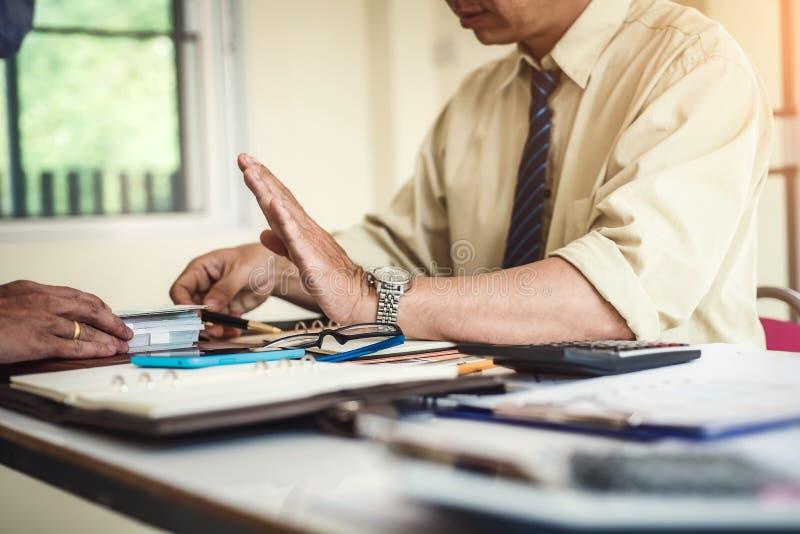 Рука выжимк бизнесмена получает деньги для принимать взятку пока делающ контракт Взяточничество и концепция коррупции стоковые фото