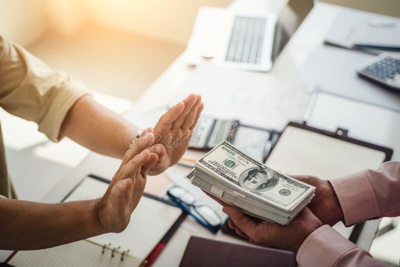 Рука выжимк бизнесмена получает деньги для принимать взятку пока делающ контракт Взяточничество и концепция коррупции стоковое фото rf