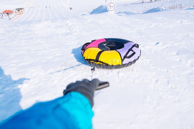 Рука вытягивает идя снег сани трубки Деятельность при зимы стоковая фотография rf