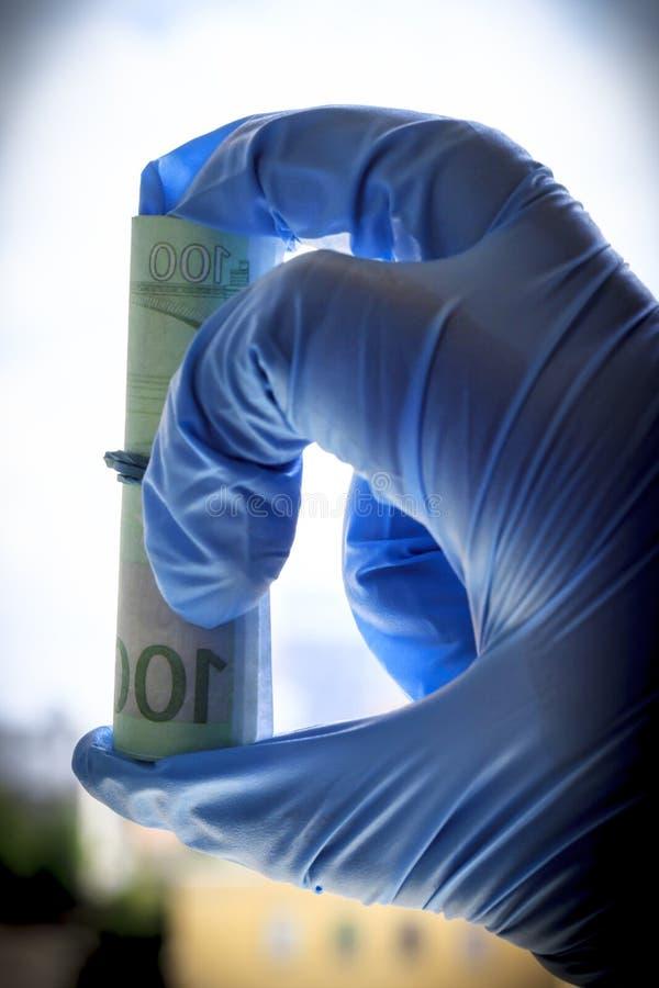 Рука в голубой перчатке держит счеты в евро Перевязанный с эластичной резиновой лентой Конец-вверх стоковая фотография