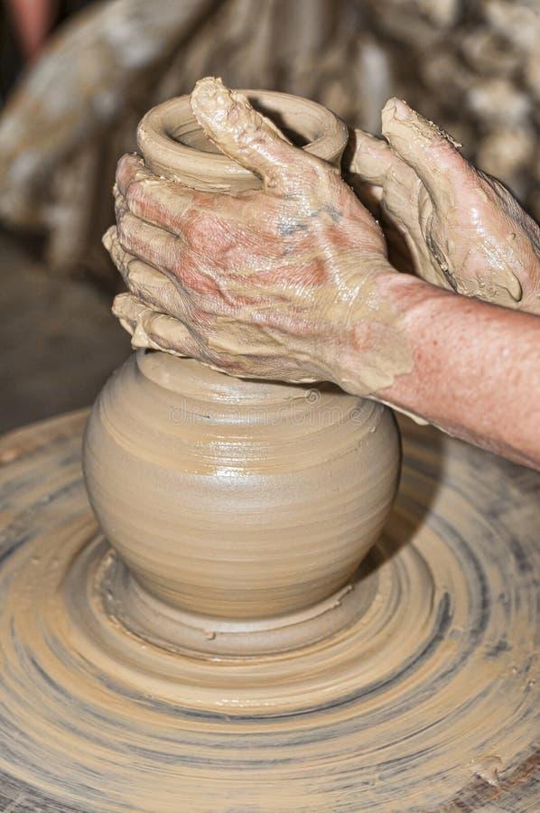 Рука гончара стоковая фотография