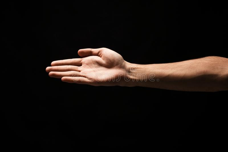 Рука готовая для рукопожатия изолированного на черноте стоковое изображение