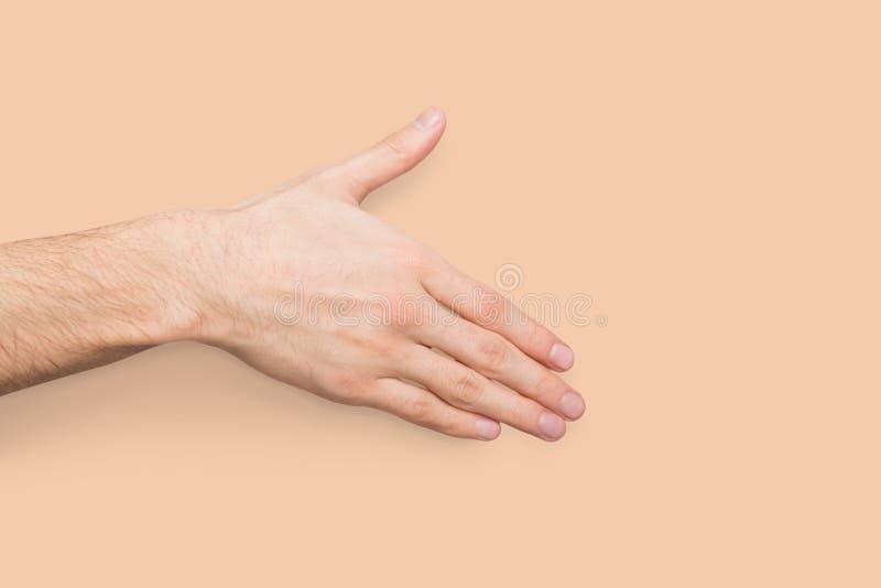 Рука готовая для рукопожатия на бежевой предпосылке стоковые изображения rf