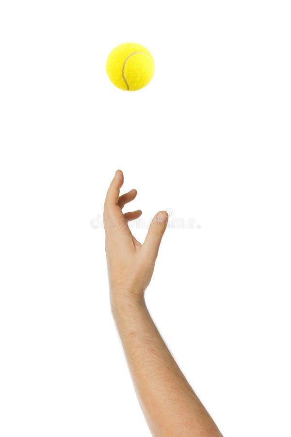 Рука давая теннисный мяч обслуживания бросая стоковая фотография rf