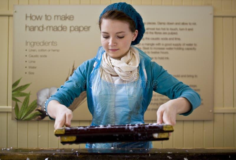 рука девушки делая бумагу стоковое изображение rf