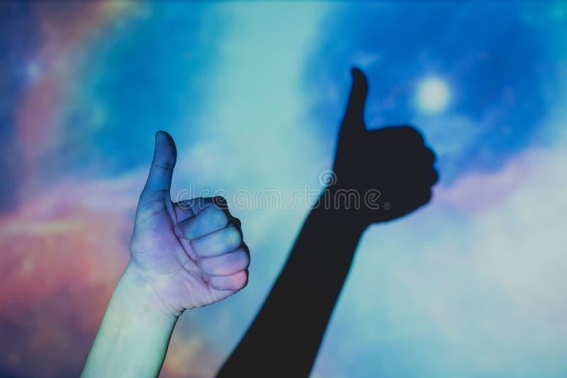 Рука делая положительный жест, большой палец руки вверх стоковое фото