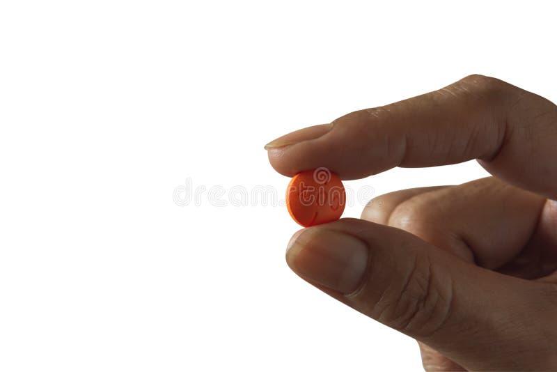 Рука держащ белые таблетки изолированные на белой предпосылке стоковые изображения rf