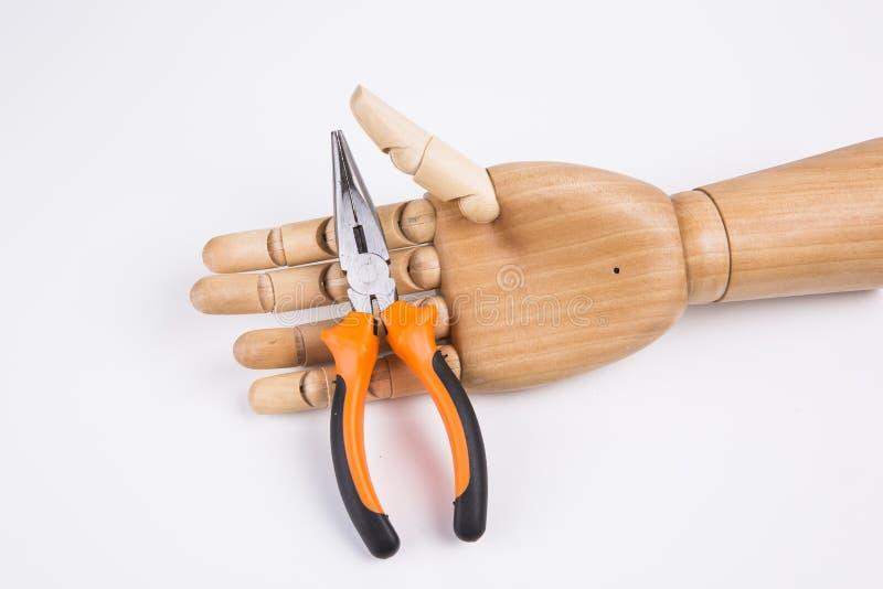 Рука держащ плоскогубцы стоковая фотография