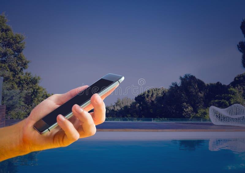 Рука держа бассейн телефона дома бесплатная иллюстрация