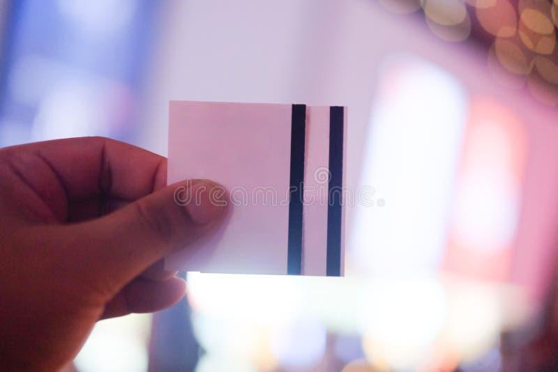 Рука держа 2 билета кино стоковое изображение