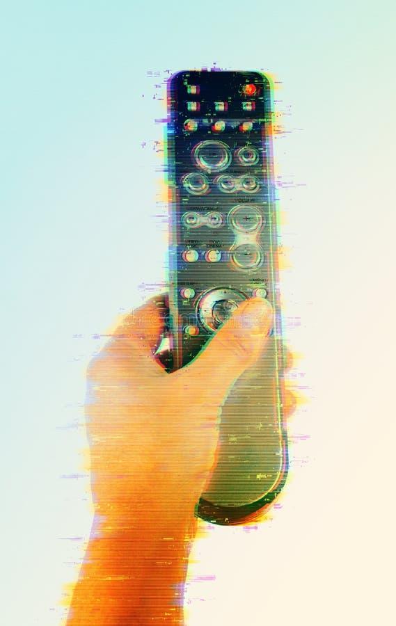 рука держа дистанционное управление на белой предпосылке, конце-вверх, влиянии небольшого затруднения цифров стоковое изображение rf