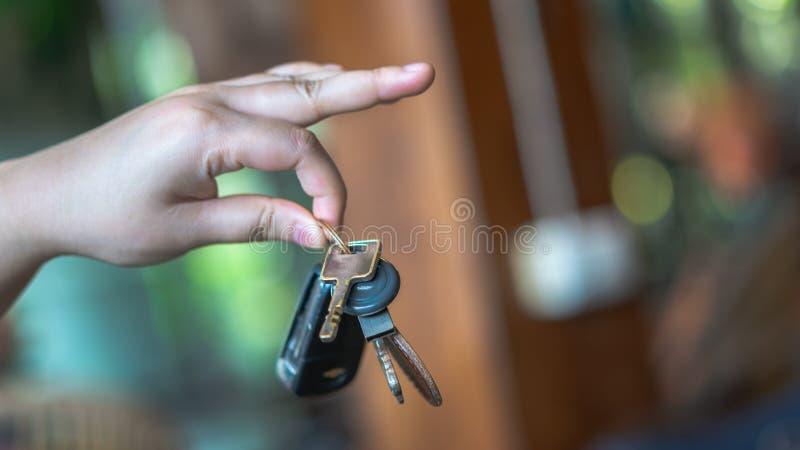 Рука держа кольцо автомобиля ключевое стоковое изображение rf