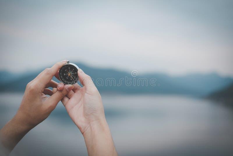 рука держа компас для искать направление внешний seekin человека стоковое фото rf