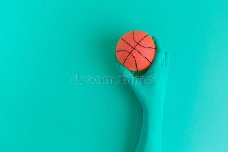 Рука держа концепцию конспекта шарика баскетбола стоковые изображения rf