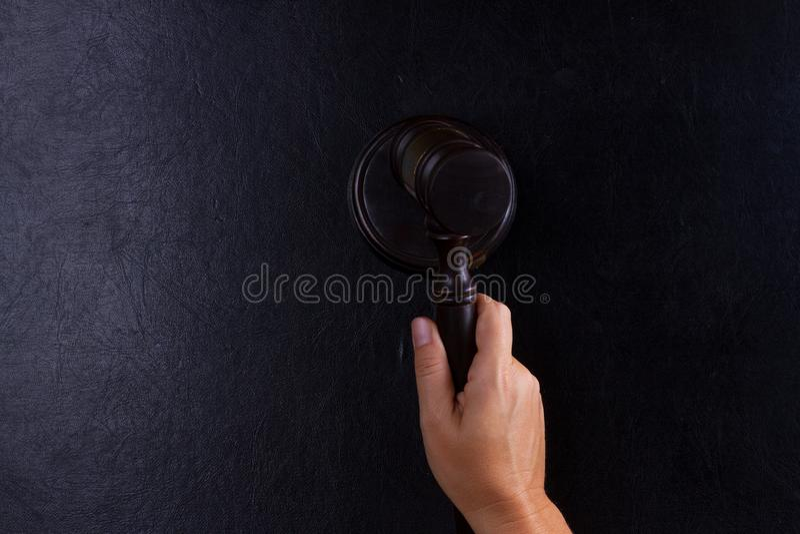 Рука держа молоток закона стоковые изображения rf