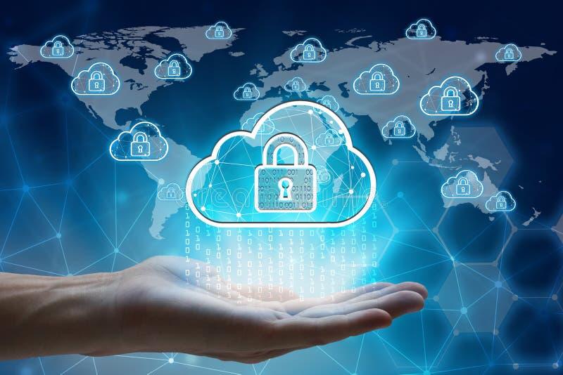 Рука держа с glo padlock и облака виртуального экрана вычисляя стоковые изображения rf