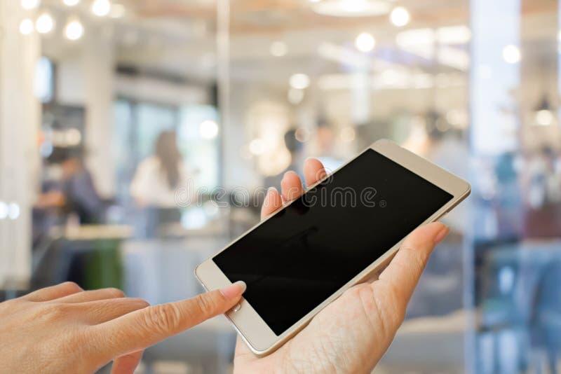 Рука держа умный телефон стоковое фото rf