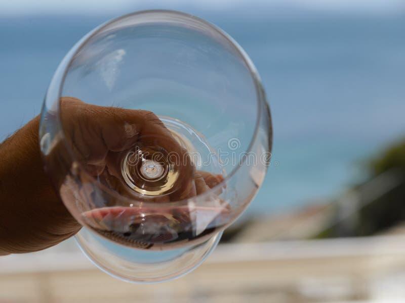 Рука держа cristal стекло красного вина стоковые фото