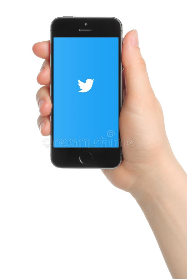 Рука держит космос iPhone 5s серый с логотипом Twitter стоковые фото
