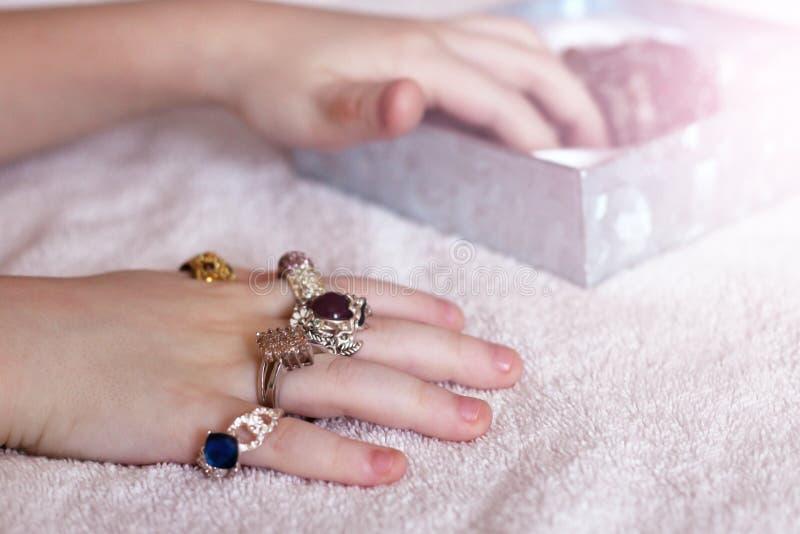 Рука детей и много красивые кольца, ювелирные изделия стоковые изображения rf