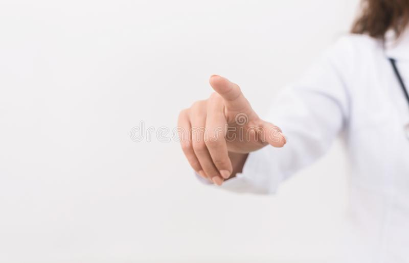 Рука доктора касаясь пустому виртуальному экрану, панораме стоковые изображения