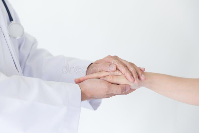 Рука доктора успокаивая ее женский пациента, автомобиль пациента доктора стоковые фотографии rf