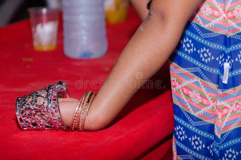 Рука девушки с браслетами в чашке стоковое изображение rf