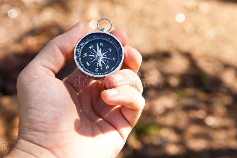 Рука держа компас стоковые фото