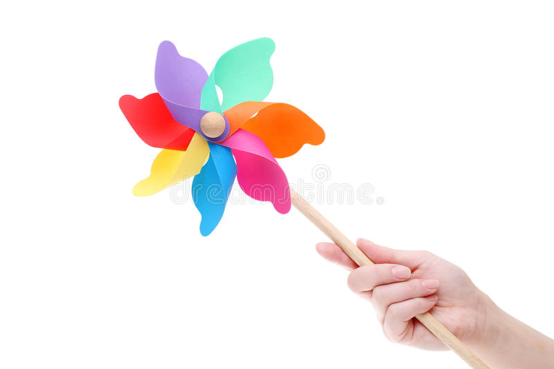 Рука держа красочный pinwheel игрушки стоковая фотография