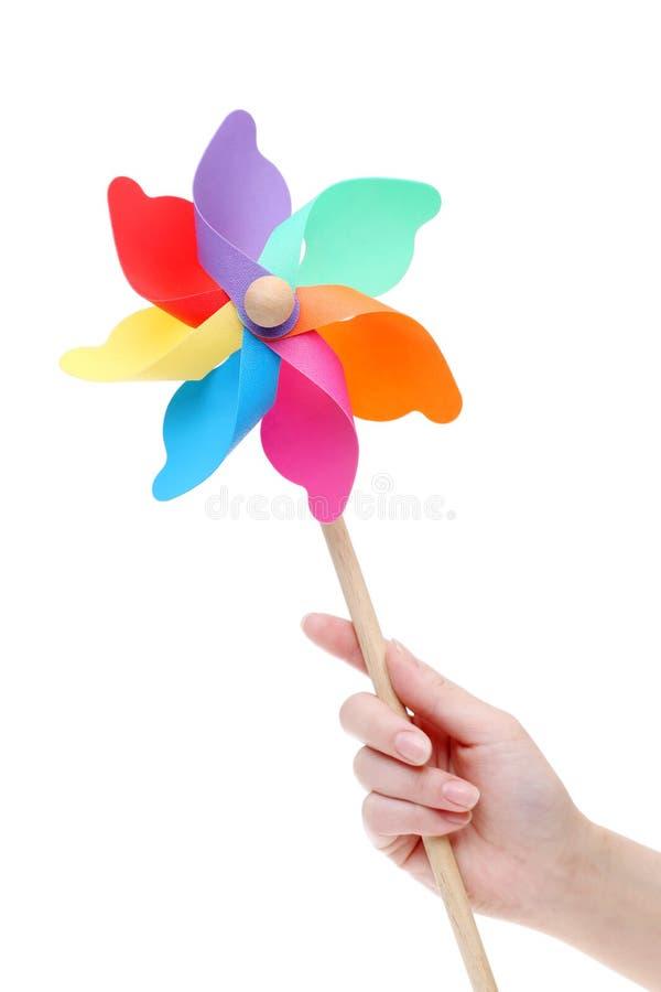 Рука держа красочный pinwheel игрушки стоковые фотографии rf