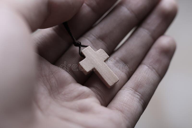 Рука держа крест стоковая фотография