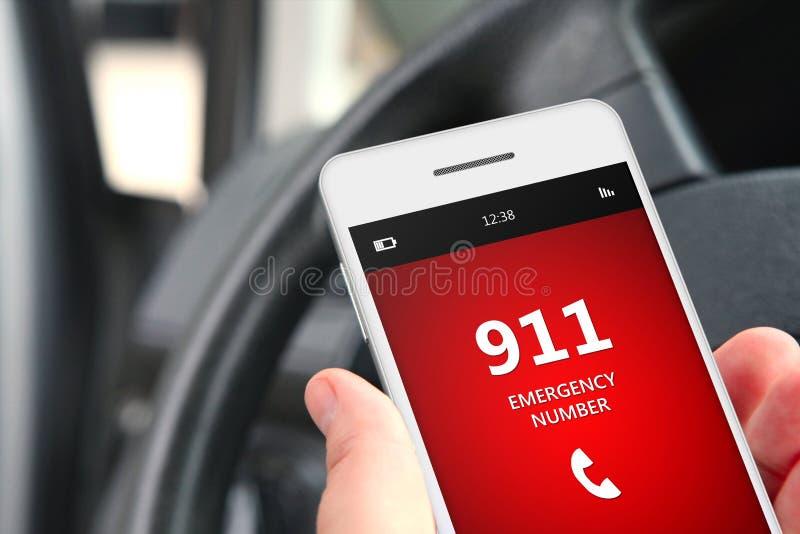 Рука держа мобильный телефон с номером службы экстренной помощи 911 стоковые фотографии rf