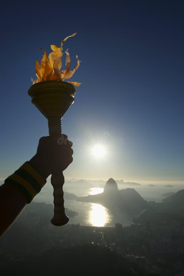 Рука держа факел Рио-де-Жанейро Бразилию стоковое фото rf