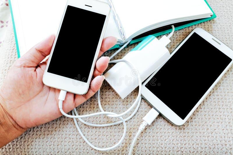 Рука держа smartphone с бежать и поручая бэттером стоковая фотография rf