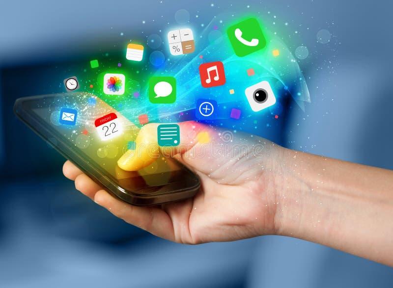 Рука держа smartphone с красочными значками app иллюстрация вектора