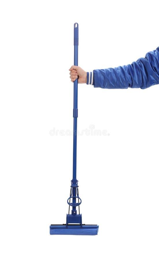 Рука держит голубой mop с губкой. стоковое изображение