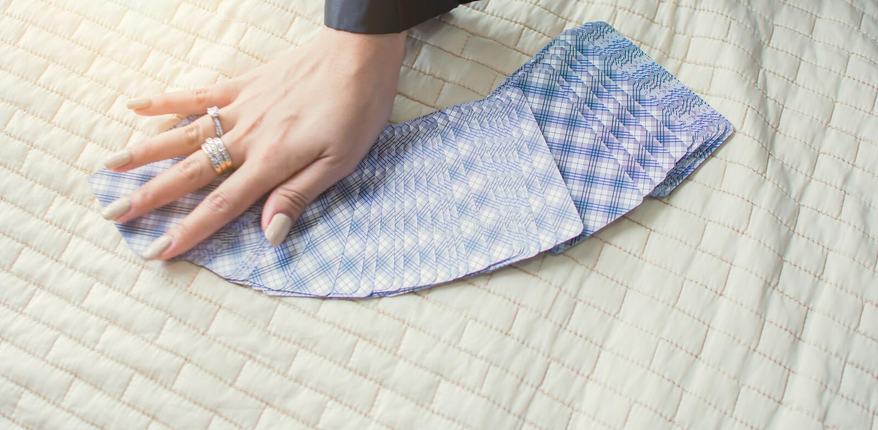 Рука женщины делая карты tarot для говорить удачи стоковые изображения rf