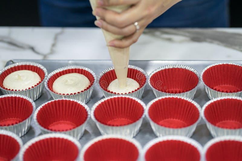Рука женщины делая торт банана домодельный стоковое фото rf